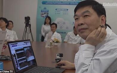 Čínsky chirurg operoval pacienta cez internet. Proti Parkinsonovej chorobe bojoval z diaľky 3 000 kilometrov