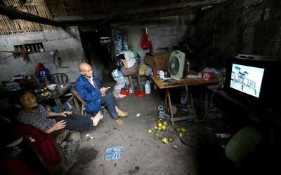 Čínsky pár žije už 54 rokov v jaskyni. Vychovali tam vlastné deti a aj keď im ponúkali byt, odísť netúžia
