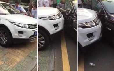 Čínsky šofér ti ukáže, ako sa (ne)vychádza z parkoviska. Odskákal si to Jaguar, ktorý ho zablokoval
