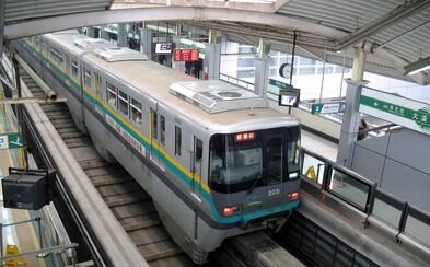 Čínský vlak projíždí kvůli nedostatku místa bytovým domem. Místní obyvatelé to mají na zastávku opravdu blízko