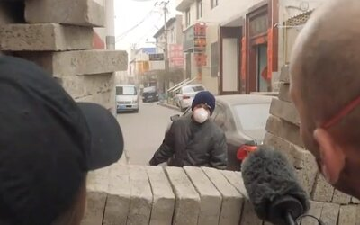 Čínští vesničané staví barikády z cihel. Nechtějí pustit dovnitř nikoho s virem