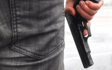 Cizinec v Brně házel odpadky z auta a pak mával pistolí. Poslouchám rap a chtěl jsem být stylový, řekl policii