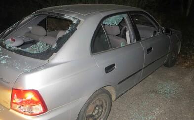 Cudzinec v Česku kladivom rozmlátil auto. Zrejme až potom si uvedomil, že je jeho
