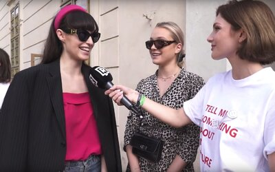 Čo máš na sebe a koľko to stálo? Známych osobností sme sa na pražskom Fashion Weeku pýtali na cenu drahých kúskov oblečenia