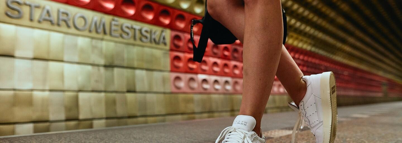 Móda z metra: Mladí Pražané mají v oblibě bílé tenisky. Jaké kreace s nimi předvedli?