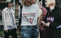 Co si oblékly zástupy vymóděných jedinců, které chtěly v pražském Footshopu ulovit nové Yeezy?