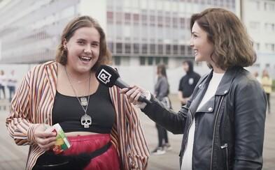 Co si oblékli návštěvníci koncertu Billie Eilish v Praze a kolik to stálo? Někteří přišli v pyžamu, převládají sekáče