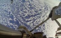 Čo vidia astronauti, keď sa vyberú na prechádzku vo vesmíre? Ukáže ti to skvelé video z ISS
