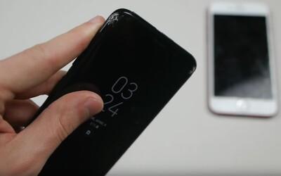 Čo všetko spraví s prémiovým telom Galaxy S8 tvrdý pád? V neľútostnom drop teste sa postavil tvárou tvár iPhonu 7