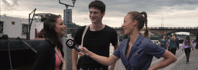 Co znamená PMS, crush nebo maskara? Zeptali jsme se lidí v Praze (Anketa)