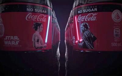 Coca-Cola prináša špeciálnu Star Wars edíciu fľaše s OLED etiketou, na ktorej žiaria svetelné meče