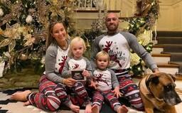 Conor McGregor bude mít další dítě. Bojovník to oznámil na rodinné fotce pod vánočním stromkem