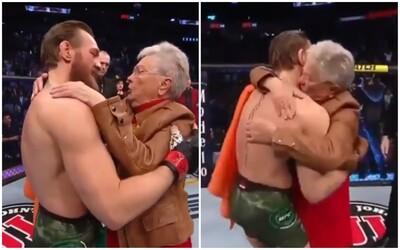 Conor McGregor dojal divákov. Po zápase sa objal s babičkou Cowboya a povedal jej, že vychovala skvelého človeka