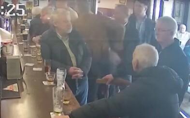 Conor McGregor dostal za napadení důchodce v baru pokutu 25 000 Kč