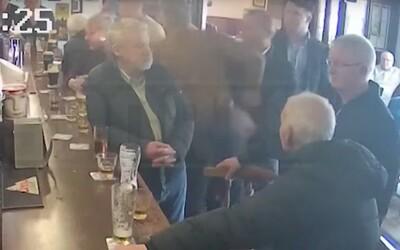 Conor McGregor dostal za napadnutie dôchodcu v bare pokutu 1 000 €