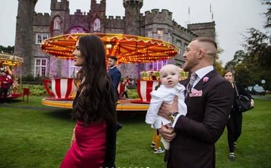 Conor McGregor na krste svojho syna nešetril. Investoval do ohňostrojov, zámku aj kolotočov, aby sa jeho potomok cítil ako v raji