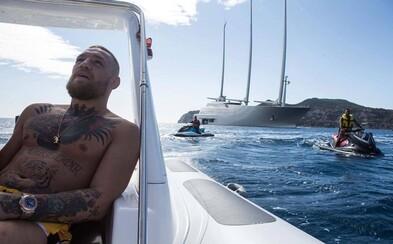 Conor McGregor sa na Ibize zamiloval do jachty ruského miliardára za 400 miliónov eur. Prehodnotil aj svoje nové brucho plné peňazí