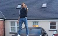 Conor McGregor si možná zavařil kvůli fotografii, na které stojí na luxusním autě Rolls-Royce. Jeho skutečný majitel se chce soudit