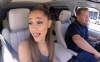 Corden musel Arianu Grande odnést na zádech až do Starbucks. V novém Carpool Karaoke září půvabná zpěvačka