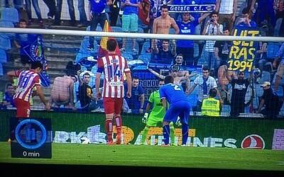 Costa s nepremenenou penaltou, dôvodom bol holý zadok na tribúne