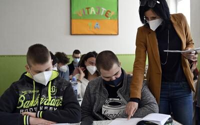 Covid se mezi teenagery šíří třikrát rychleji než mezi dětmi do 9 let. Pro ty je návrat do školy bezpečnější