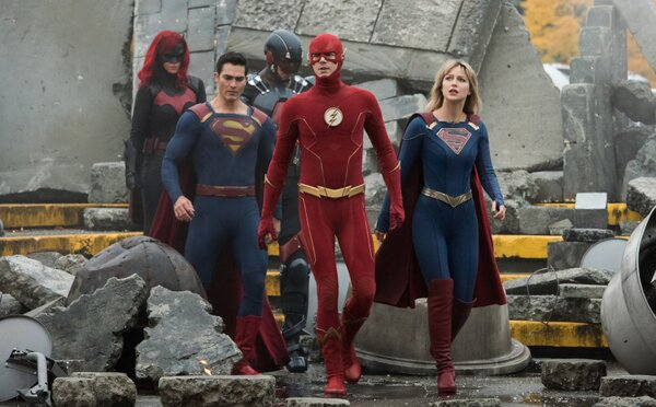 Crisis on Infinite Earths spája svety viacerých superhrdinov v jednom deji. Trailer ukazuje aj návrat Supermana