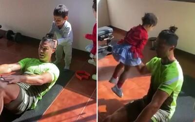 Cristiano Ronaldo musí své děti používat jako činky. Neustále mu roztomile narušují domácí tréninky