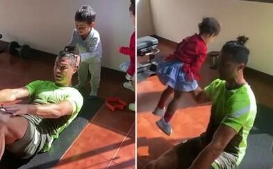 Cristiano Ronaldo musí svoje deti používať ako činky. Neustále mu roztomilo narúšajú domáce tréningy