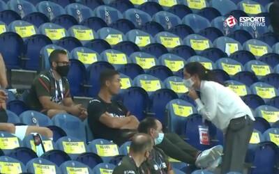 Cristiano Ronaldo neměl roušku, tato paní ho bez okolků upozornila. Neměl na výběr a musel si ji nasadit