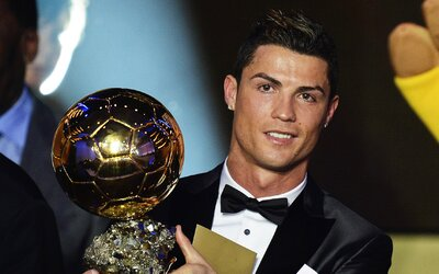 Cristiano Ronaldo obhájil prvenstvo a vyhral Zlatú loptu už po tretíkrát!