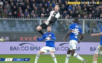 Cristiano Ronaldo předvedl velkolepou hlavičku. Při skórování téměř přeskočil protihráče