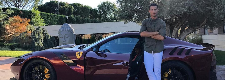 Cristiano Ronaldo si skracuje čakanie na nové Bugatti špecifickým Ferrari v ešte špecifickejšej konfigurácii