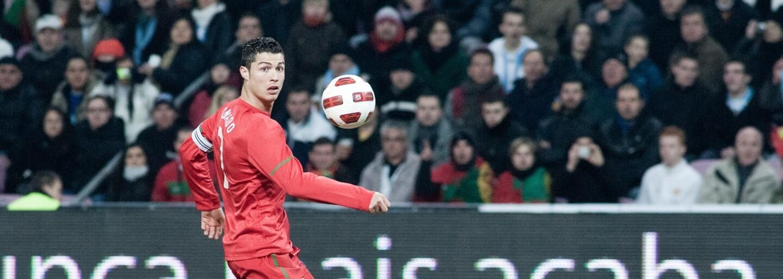 Cristiano Ronaldo zapózoval pro reklamu na Nike. Fanoušek si ale všiml, že ve skutečnosti má na sobě mikinu adidas