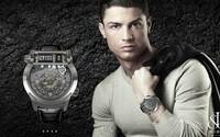 Cristiano Ronaldo zarába aj na sociálnych sieťach. Za jeden reklamný tweet si môže kúpiť luxusné auto