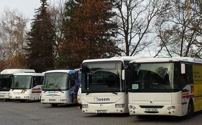 ČSAD České Budějovice zakáží cestujícím vstup do autobusu bez roušky. Za tu považují ale i šátek nebo šálu