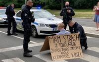 Čtrnáct aktivistů zablokovalo dopravu v šesti městech po celé republice. Upozorňovali na klimatickou krizi