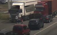 Cyklista vybrzdil kamion na frekventované silnici v Ostravě, sám pak zavolal policii