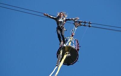 VIDEO: Tragická smrt při bungee jumpingu. Dívka skočila, ale nebyla připoutaná.