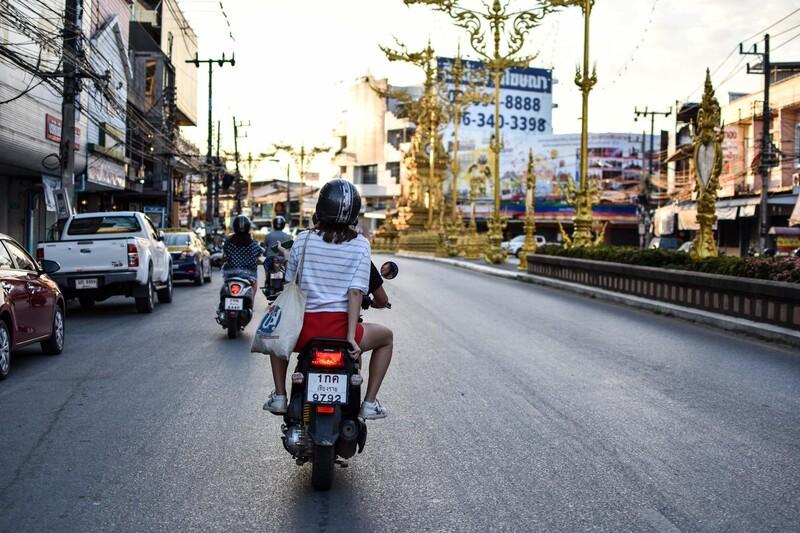 Ako má motocyklista predbiehať iné vozidlá v križovatke?