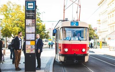 Praha testuje nové zastávkové označníky, ten první má elektronický displej s aktuálními odjezdy a příjezdy.