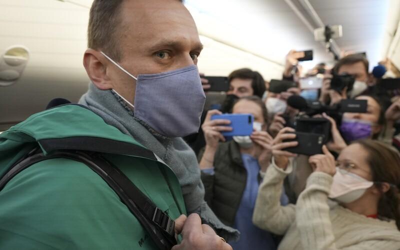Ruského opozičného lídra Alexeja Navaľného zatkli po pristáti v Moskve. Domov sa vrátil po zotavení sa z otravy jedom.