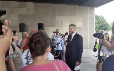 VIDEO: Pellegrini si zložil rúško pred demonštrantmi a prisľúbil im hlasovanie proti výhodám pre zaočkovaných. Vypískali ho.