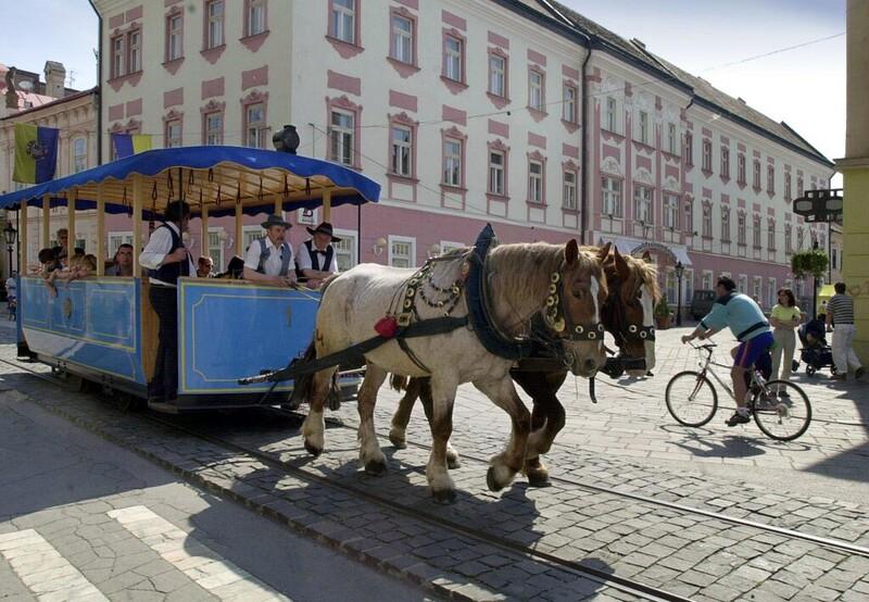 Medzi ktorými mestami jazdila prvá konská železnica na Slovensku?