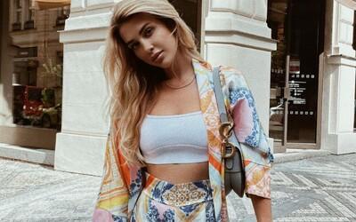 Ľahké hodvábne šaty, farebné súpravy či ľanové košele. Slovenky a Češky si módu užívajú aj počas horúcich letných dní