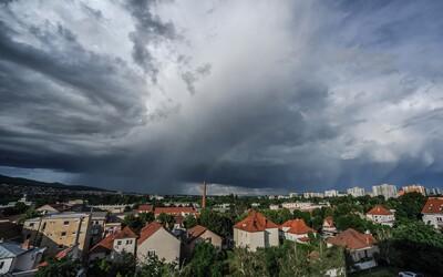 Česko zasáhnou silné bouřky s přívalovým deštěm a krupobitím, varují meteorologové.