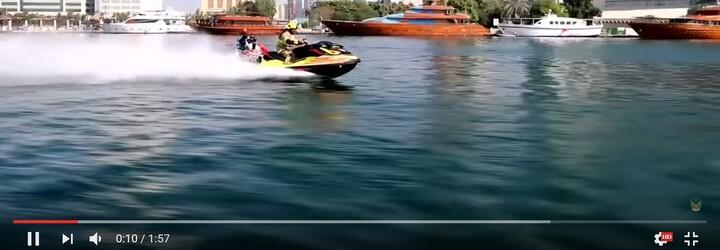 Dubajští hasiči začínají využívat vodou poháněný jetpack. Nikdy jim nedojde voda a na místo požáru se dostanou na skútrech