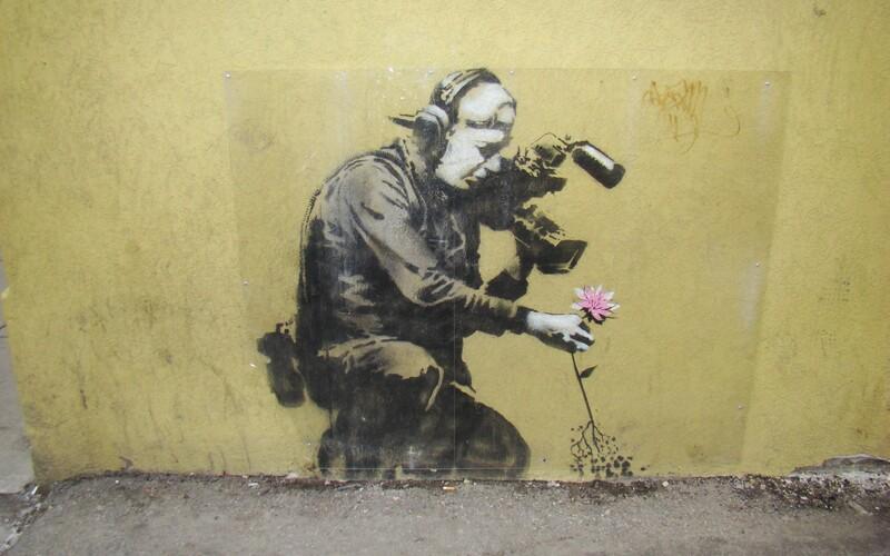 Banksy bude mít v Praze výstavu. Představeny budou známé kousky nejzáhadnějšího umělce na světě.