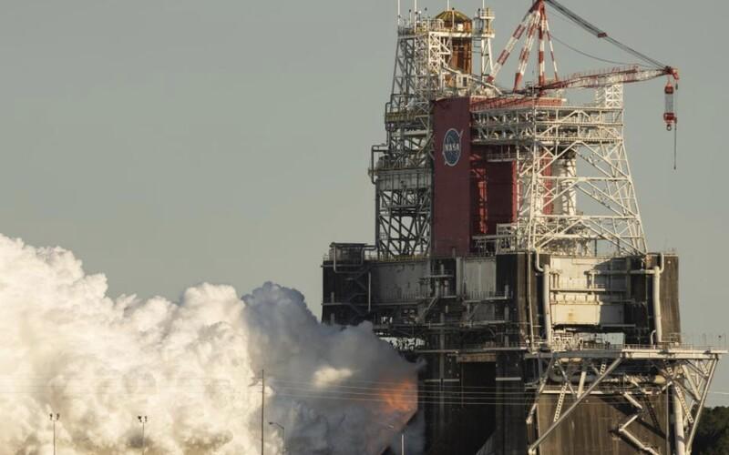 NASA predčasne ukončila test motorov rakety, s ktorou chce letieť na Mesiac.