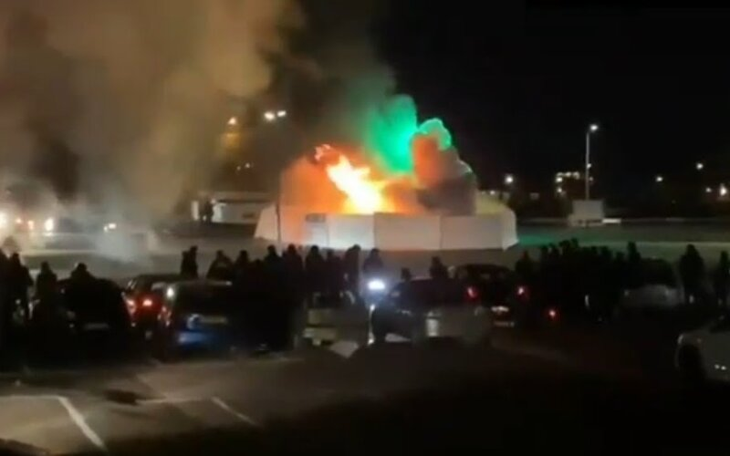 Mládež v Holandsku podpálila testovacie miesto na Covid-19. Protestovali tak proti zákazu vychádzania.