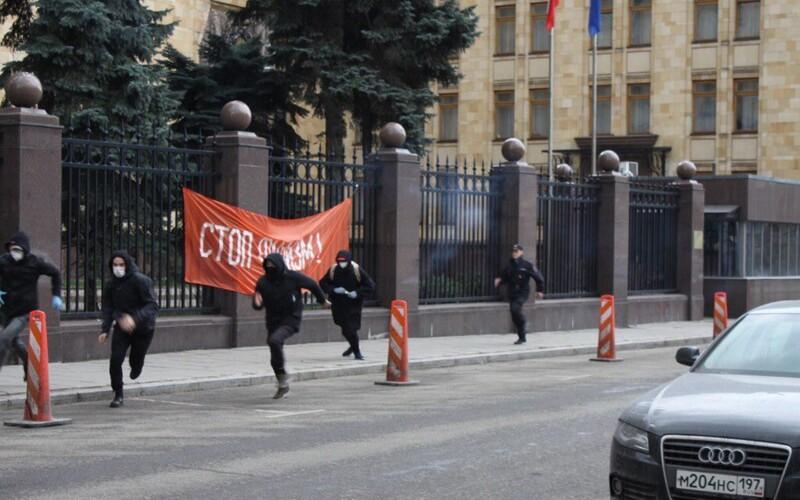 Radikální bolševici napadli dýmovnicemi českou ambasádu v Moskvě. Prý je to msta za svržení památníku Koněva.